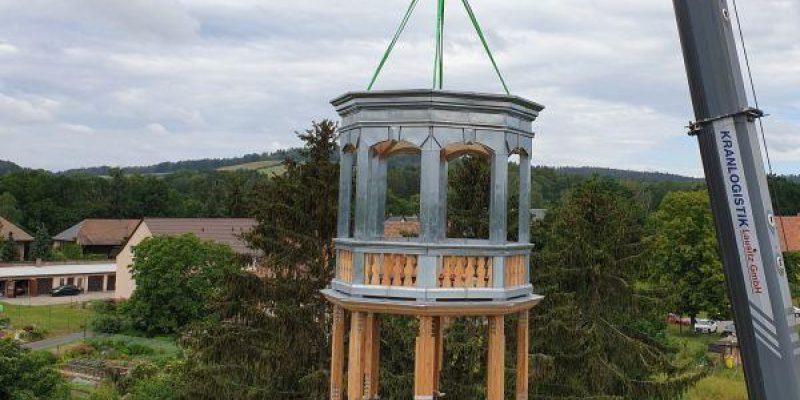 Turmhaube für das Hainewalder Schloss gehoben - Schloss Basis