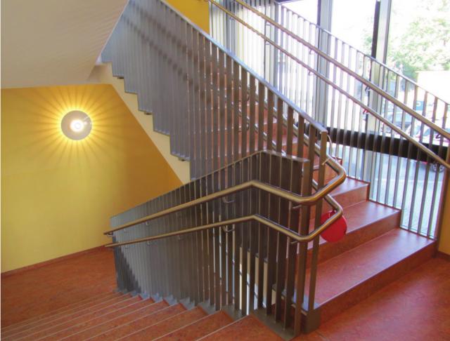 Innerstädtische Kita Zittau - Treppenhaus vor der Pfosten- Riegel- Konstruktion
