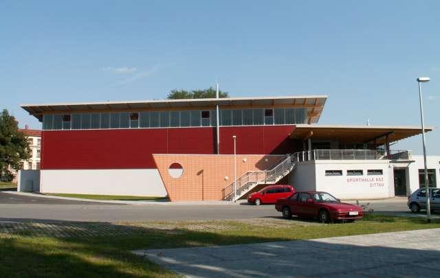 Dreifeldhalle mit Tribüne, Zittau - Eingang mit Parkplatz